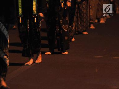 Sejumlah abdi dalem serta kerabat melakukan laku bisu dalam ritual Kirab Pusaka Pura Mangkunegaran menyambut Satu Syuro di Solo, Sabtu (31/8/2019) malam. Ritual tersebut merupakan tradisi setiap memasuki tahun baru Islam. (merdeka.com/Iqbal S Nugroho)