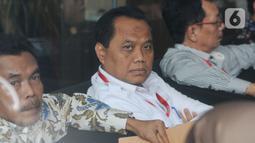 Direktur Operasional dan Pelayanan Publik Perum Bulog, Tri Wahyudi Saleh menunggu panggilan penyidik akan menjalani pemeriksaan di Gedung KPK, Jakarta, Selasa (17/12/2019). Tri Wahyudi  diperiksa sebagai saksi  terkait menerima suap pengelolahan Distribusi gula di PTPN III. (merdeka.com/Dwi Narwoko)