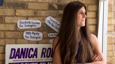 Transgender yang juga calon legislatif dari Partai Demokrat, Danica Roem (33) berada di kantor kampanyenya, di Manassas, Virginia, (22/9). Roem menjadi transgender pertama yang terpilih menjadi anggota legislatif di Virginia. (AFP PHOTO/Paul J. Richards)