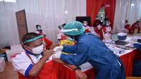 Karyawan Grup Astra, PT Astra Otoparts Tbk (AUTO) mengikuti tahapan pemberian Vaksinasi Gotong Royong. (Dok: PT Astra International Tbk/ASII)