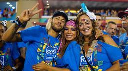Penyerang Brasil, Neymar bersama ibunya Nadine Santos dan penyanyi Anitta saat menghadiri parade pertunjukan sekolah samba Vila Isabel selama Karnaval Rio de Janeiro di Sambadrome, Brasil (4/3). (AP Photo/Mauro Pimentel)