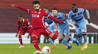 Penyerang Liverpool, Mohamed Salah, melepaskan tendangan penalti saat melawan West Ham United pada laga Liga Inggris di Stadion Anfield,  Minggu (1/11/2020). Liverpool menang dengan skor 2-1. (AP Photo/Jon Super, Pool)