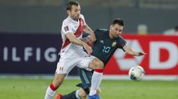 Penyerang Argetina, Lionel Messi, berebut bola dengan gelandang Peru, Horacio Calcaterra, pada laga kualifikasi Piala Dunia 2022 zona CONMEBOl di Estadio Nacional de Lima, Rabu (18/11/2020) pagi WIB. Argentina menang 2-0 atas Peru. (AFP/ Daniel Apuy/pool)