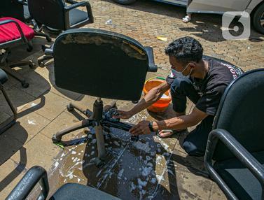 FOTO: Bersih-Bersih Peralatan Kantor Usai Banjir Kemang Surut