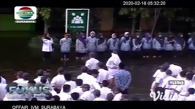 Ratusan siswa SMPN 2 Tanggulangin, Sidoarjo, Jawa Timur terpaksa mengikuti upacara bendera di tengah banjir setinggi 50 cm. Banjir sudah menggenangi sekolah ini lebih dari 1 bulan.