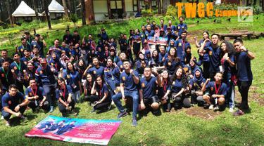 Para peserta dan mentor Finalis Citizen Journalist Academy foto bersama saat Jambore Citizen Journalist Academy Energi Muda Pertamina di Cikole, Bandung (16/11). Jelang Awarding, para finalis menjalani rangkaian acara. (Liputan6.com/Helmi Afandi)