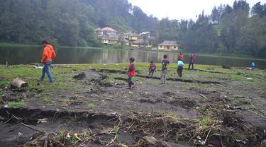 Gotong Royong di Lereng Gunung Semeru Bersihkan Ranupani