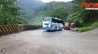 Detik-detik bus lintas Sumatra tabrak truk tangki karena rem blong (@porosgarut)