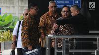 Direktur Utama PT PLN (Persero) nonaktif, Sofyan Basir (tengah tiba untuk menjalani pemeriksaan di Gedung KPK Jakarta, Senin (6/5/2019). Sofyan Basir diperiksa perdana sebagai tersangka kasus dugaan suap terkait kesepakatan kontrak kerja sama pembangunan PLTU Riau-1. (merdeka.com/Dwi Narwoko)