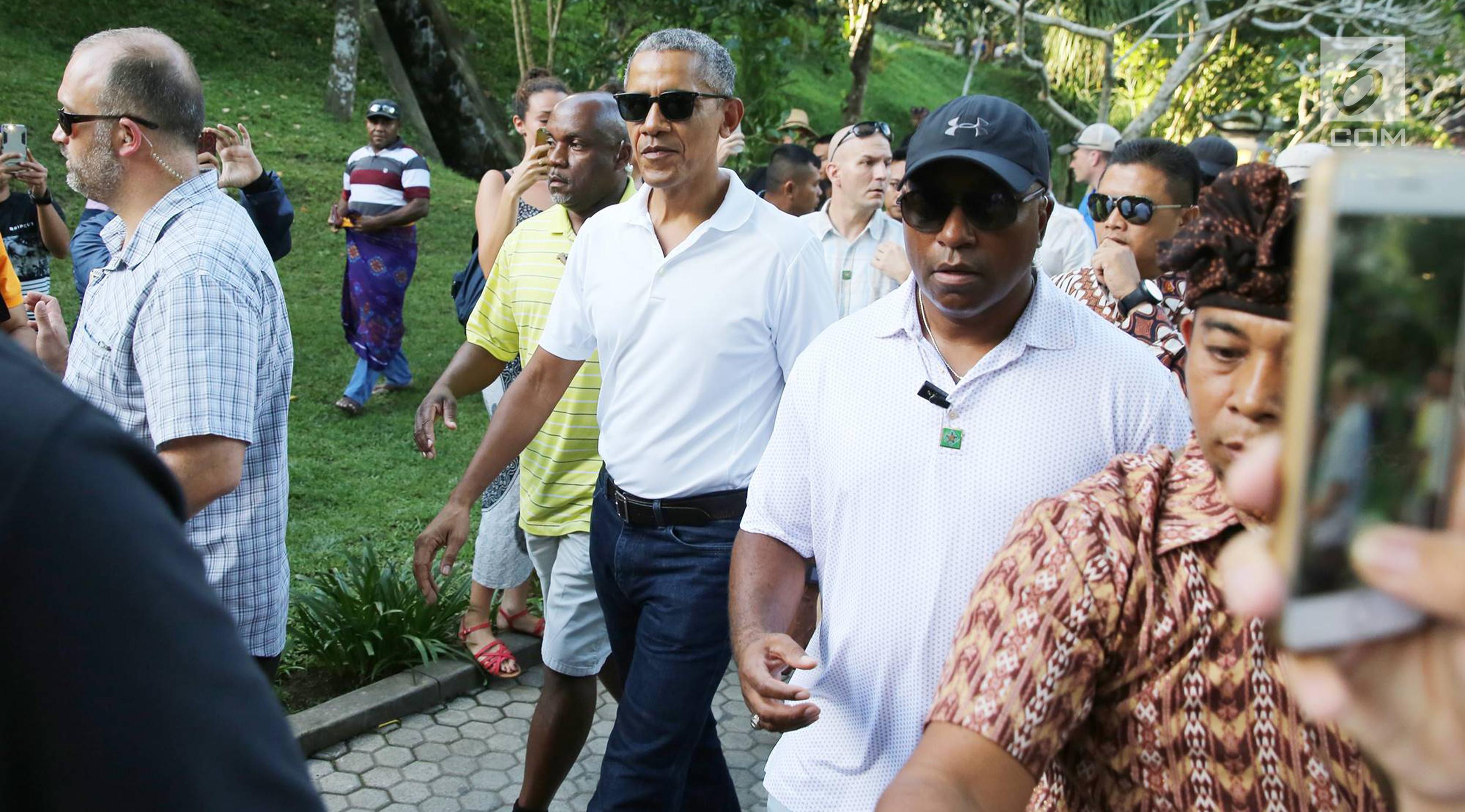 Mantan Presiden Amerika Serikat Barack Obama bersama keluarga dan rombongannya mengunjungi Pura Tirta Empul, Tampaksiring, Gianyar, Bali, Selasa (27/6). (Liputan6.com/Immanuel Antonius)