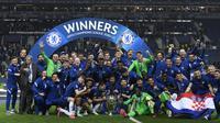 Para pemain Chelsea berpose dengan trofi Liga Champions saat merayakan juara usai mengalahkan Manchester City pada babak final Liga Champions di Stadion Dragao, Portugal, Minggu (30/5/2021). Kemenangan ini membawa Chelsea meraih gelar Liga Champions kedua dalam sejarah klub. (Pierre Philippe Marcou