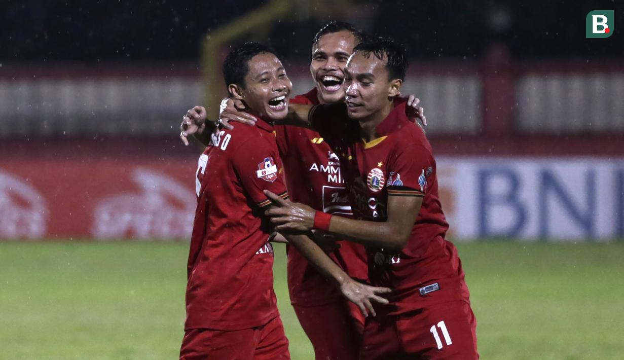 Pemain Persija Jakarta merayakan gol yang dicetak Evan Dimas ke gawang Bhayangkara FC pada laga pekan ketiga Shopee Liga 1 2020, Sabtu (14/3/2020). Persija bermain imbang 2-2 atas Bhayangkara. (Bola.com/Yoppy Renato)