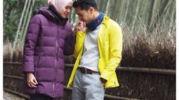 Dimas dan Dhini saat sedang di Arashiyama Bamboo Forest, Jepang. Paasangan itu terlihat harmonis. Keharmonisan dan tdak pernah terdengar gosip miring rumah tangganya itu membuat banyak yang mengidolakan keduanya. (Instagram/dimasseto_1)