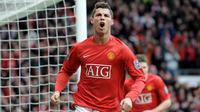 1. Cristiano Ronaldo - Pemuda 18 tahun ini didatangkan pada 2003 dengan harga 12,2 juta poundsterling, harga yang mahal kala itu. Musim 2007/2008 menjadi capaian terbaiknya dengan meraih Golden Boot serta mengantar MU juara Liga Champions.