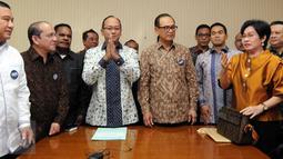 Rosan P Roeslani (keempat kiri) ditemani ketua umum Kadin Indonesia Suryo Bambang Sulisto (ketiga kanan) saat Pendaftaran Rosan P Roeslani sebagai ketum kadin Periode 2015-2020 di Menara Kadin, Jakarta, (16/11/2015). (Liputan6.com/Helmi Afandi)