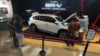 Pengunjung penasaran dengan sektor mesin all-new Honda BR-V. (Septian/Liputan6.com)