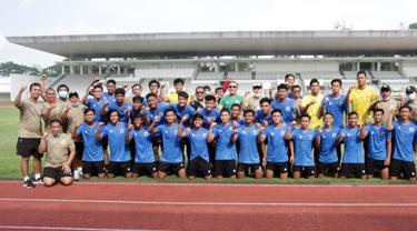 Ketua PSSI, Mochamad Iriawan berpose dengan Timnas Indonesia U-19.