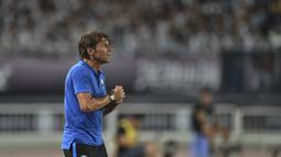 Pelatih Inter Milan, Antonio Conte melihat para pemainya bertanding melawan Juventus dalam laga International Champions Cup 2019 di Nanjing Olympic Sports Center Gymnasium, China (24/7/2019). Juventus menang adu penalti atas Inter Milan 4-2 (1-1). (AFP Photo/Hector Retamal)