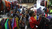 Pengunjung memilih produk kegiatan luar ruang dalam Pameran Indonesia Outdoor Festival (Indofest) 2018 di JCC Senayan, Jakarta, Jumat (4/5). Pameran menampilkan berbagai macam produk dengan diskon hingga 70 persen. (Liputan6.com/Arya Manggala)