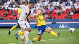 Penyerang PSG, Mauro Icardi, berebut bola dengan pemain Waasland-Beveren pada laga uji coba di Parc des Princes Stadium, Sabtu (18/7/2020) dini hari WIB. PSG menang telak 7-0 atas Waasland-Beveren. (AFP/Anne-Christine Poujoulat)