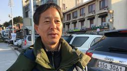"""Woo Nam-chung (55), Pegawai Negeri Sipil berbicara tentang delegasi Olimpiade Korut saat wawancara di Anmok Beach, Gangneung, Korsel (8/2). Woo mengatakan """"Kami sebenarnya adalah orang Korea yang sama."""" (AP Photo / Hyung-jin Kim)"""