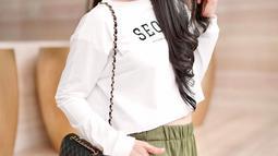 Sudah menginjak usia 37 tahun, Sandra Dewi masih terlihat awet muda. Gaya penampilannya juga kerap disebut bak ABG. Seperti kali ini, ia terlihat santai dengan atasan putih panjang yang dipadukan dengan celana pendek berwarna army.  (Liputan6.com/IG/@sandradewi88)