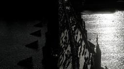 Warga Ibu Kota Republik Ceko, Praha, berkumpul di Jembatan Charles merayakan berakhirnya krisis virus Corona di negara itu dengan menggelar makan malam bersama di atas meja sepanjang 500 meter. (AP Photo/Petr David Josek)