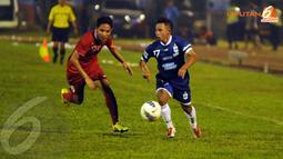 Pemain tengah PSIS Semarang Franky (kanan) memaksa Evan Dimas untuk turun membantu lini pertahanan Timnas Indonesia U19 (Liputan6.com/Helmi Fithriansyah).