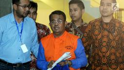 Bupati Bengkayang, Suryadman Gidot dikawal petugas usai menjalani pemeriksaan pasca OTT di Gedung KPK, Jakarta, Rabu (4/9/2019). Suryadman Gidot ditahan bersama Kepala Dinas PUPR, pengawal Bupati, staf honorer PU dan pihak swasta terkait dugaan suap proyek. (merdeka.com/Dwi Narwoko)