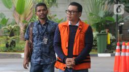 Mantan Dirut Perum Perindo Risyanto Suanda (kanan) saat akan menjalani pemeriksaan di Gedung KPK, Jakarta, Jumat (3/1/2020). Risyanto diperiksa sebagai tersangka untuk melengkapi berkas terkait menerima suap izin kuota impor ikan frozen pacific mackerel atau ikan salem. (merdeka.com/Dwi Narwoko)