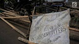 Batang pinang yang akan dijual di kawasan Manggarai, Jakarta, Selasa (6/8/2019). Menjelang HUT RI ke-74 , penjual batang pinang musiman memasarkan dagangannya yang biasa digunakan untuk perlombaan panjat pinang dengan harga mulai Rp700 ribu tergantung ukuran. (Liputan6.com/Faizal Fanani)