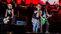 """Vokalis Guns N' Roses, Axl Rose (tengah), Gitaris ,Slash dan Bassis, Duff McKagan saat tampil pada konser Guns N' Roses """"Not In This Lifetime"""" Tour in Jakarta 2018 di Stadion Gelora Bung Karno, Jakarta, Kamis (8/11). (Liputan6.com/Faizal Fanani)"""