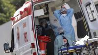 Petugas kesehatan bersiap membawa pasien yang diduga terinfeksi COVID-19 menuju RS HRAN di Brasilia, Brasil, Rabu (3/3/2021). Brasil pada Selasa (2/3) mencatat rekor tertinggi dengan 1.641 kematian akibat virus corona Covid-19 dalam 24 jam. (AP Photo/Eraldo Peres)