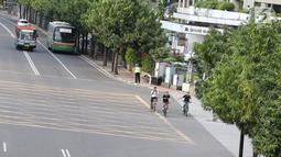 Pengendara sepeda melintasi Jalan MH Thamrin di Jakarta, Sabtu (24/2). Pemprov DKI Jakarta berencana fokus membenahi jalur sepeda di Jalan Sudirman-MH Thamrin. (Liputan6.com/Immanuel Antonius)