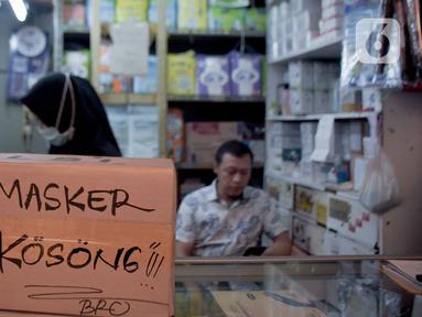 Tulisan pemberitahuan masker kosong terlihat di Pasar Pramuka, Jakarta Timur, Jumat (6/3/2020). PD Pasar Jaya melakukan operasi pasar sejak Kamis (5/3/2020) kemarin untuk menjaga ketersediaan dan membuat harga masker kembali terjangkau. (Liputan6.com/Faizal Fanani)