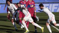 Striker Real Madrid, Karim Benzema, melakukan selebrasi usai mencetak gol ke gawang Elche pada laga Liga Spanyol di Stadion Alfredo di Stefano, Sabtu (13/3/2021). Real Madrid menang dengan skor 2-1. (AP/Bernat Armangue)