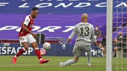 Striker Arsenal, Pierre-Emerick Aubameyang, melepaskan tendangan ke gawang Chelsea pada laga final Piala FA di Stadion Wembley, London, Sabtu (1/8/2020). Arsenal menang 2-1 atas Chelsea. (Adam Davy/Pool via AP)