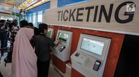 Calon penumpang membeli tiket kereta Bandara Soekarno-Hatta di stasiun Sudirman Baru, Jakarta, Selasa (26/12). Pada pengoperasian perdana ini kereta bandara baru melayani Stasiun Sudirman Baru, Batu Ceper dan soekarno Hatta. (Liputan6.com/Faizal Fanani)