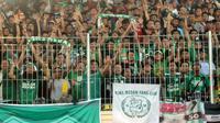 Kelompok suporter PSMS, PSMS Fans Club (PFC), saat mendukung tim kesayangan melawan PSIS di Stadion Kebondalem, Kendal, Kamis (21/9/2017). (Bola.com/Ronald Seger)