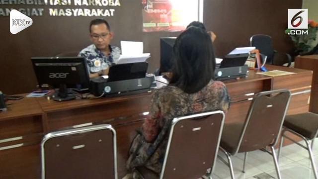 Seorang karyawati nyaris diperkosa rekannya sendiri di hotel setelah dibujuk dan dibohongi.