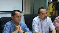 CEO PT Liga Indonesia Baru, Risha Adi Wijaya (kanan), dan COO PT LIB, Tigorshalom Boboy, pada konferensi pers Jumat (4/1/2019). (Bola.com/Benediktus Gerendo Pradigdo)