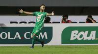 Pemain PSS Sleman, Eduardo Junior melakukan selebrasi usai mencetak gol kedua timnya ke gawang Arema FC dalam laga pekan ke-3 BRI Liga 1 2021/2022 di Stadion Pakansari, Bogor, Minggu (19/9/2021). PSS Sleman menang 2-1. (Bola.com/M Iqbal Ichsan)