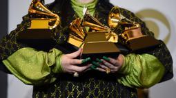 Billie Eilish berpose dengan piala penghargaan Grammy Awards 2020 di Staples Center, Los Angeles, Amerika Serikat, Minggu (26/1/2020). Eilish berhasil menang dalam kategori Record of the Year, Album of the Year, Song of the Year, Best Pop Vocal Album, serta Best New Artist. (AP Photo/Chris Pizzello)