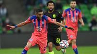 Hakim Ziyech menyumbangkan satu gol saat Chelsea menang 4-0 atas FK Krasnodar pada laga kedua Grup E Liga Champions di Krasnodar Stadium, Kamis (29/10/2020) dini hari WIB. (AFP/Kirill Kudryavtsev)