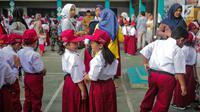 Sejumlah murid bersiap mengikuti upacara bendera pada hari pertama sekolah di SDN Pisangan 02, Ciputat, Tangerang Selatan, Senin (15/7/2019). Senin, 15 Juli 2019 merupakan hari pertama masuk sekolah tahun ajaran 2019/2020 usai libur panjang. (Liputan6.com/Faizal Fanani)