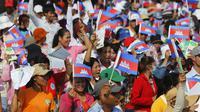 Ratusan massa berteriak sembari melambaikan bendera nasional Kamboja saat menuntut kenaikan upah dalam aksi unjuk rasa memperingati Hari Buruh Internasional (May Day) di Phnom Penh, Jumat (1/5/2015). (REUTERS/Samrang Pring)