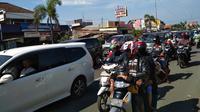 Arus balik mulai mendominasi jalan Pantura Cirebon. (Liputan6.com/Panji Prayitno)