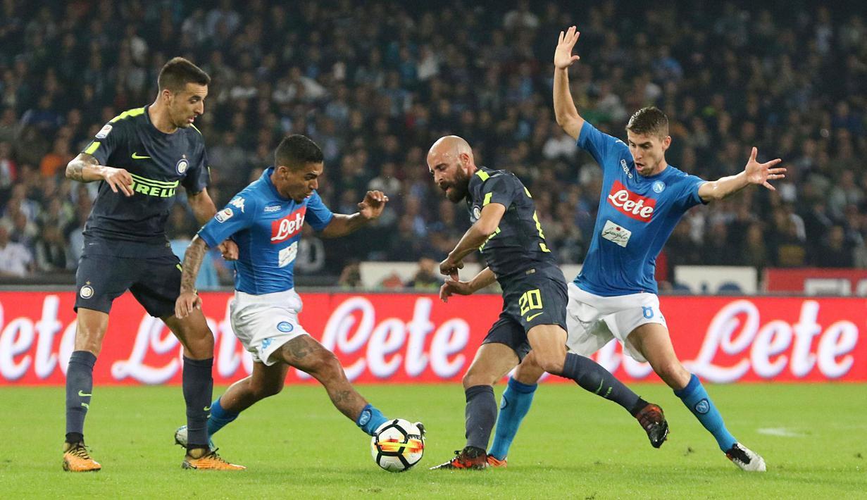 Gelandang Inter Milan, Borja Valero, berebut bola dengan gelandang Napoli, Allan, pada laga Serie A Italia di Stadion San Paolo, Naples, Sabtu (21/10/2017). Napoli bermain imbang 0-0 dengan Inter Milan. (AP/Cesare Abbate)