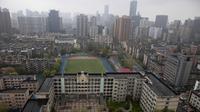 Pemandangan Kota Wuhan diambil dari sebuah hotel karantina di provinsi Hubei, China tengah (30/2/2020). Lockdown di Kota Wuhan, China, tempat wabah pandemik virus corona berasal, berakhir pada 8 April. (AP Photo/Olivia Zhang)