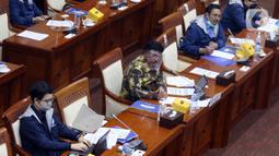 Menkominfo Johnny G Plate (kedua kiri) memberikan paparannya saat mengikuti rapat kerja dengan Komisi I DPR di Kompleks Parlemen, Jakarta, Rabu (7/4/2021). Rapat kerja tersebut membahas mengenai tata kelola 5G dan berakhirnya keanggotaan Dewas LPP RRI Periode 2016-2021. (Liputan6.com/Angga Yuniar)